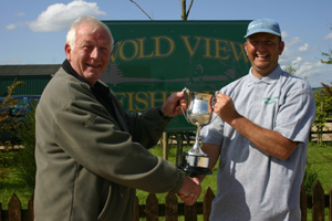 Tony Flint presents 2008 champion Ian Ward with the Colin Dyson Memorial Trophy
